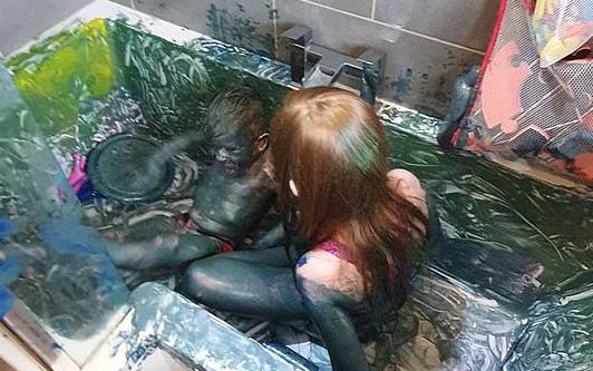 Cho con vào bồn tắm vẽ tranh, 15 phút sau quay lại, mẹ phát hoảng khi thấy con biến thành người ngoài hành tinh