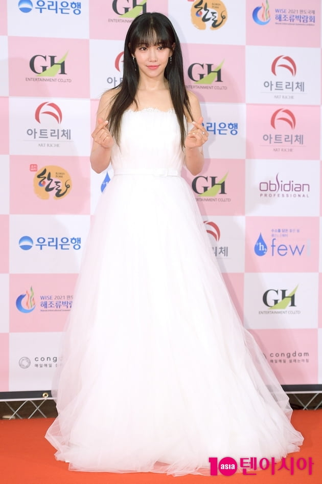 """Thảm đỏ Daejong Film Awards 2020: Park Bom (2NE1) xuất hiện với thân hình quá khổ, """"tình cũ Song Hye Kyo"""" Lee Byung Hun điển trai ở tuổi 49 - Ảnh 1."""