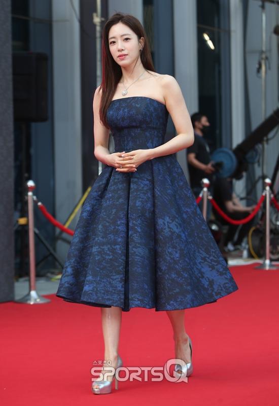 """Thảm đỏ Daejong Film Awards 2020: Park Bom (2NE1) xuất hiện với thân hình quá khổ, """"tình cũ Song Hye Kyo"""" Lee Byung Hun điển trai ở tuổi 49 - Ảnh 8."""