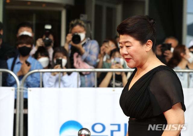 """Thảm đỏ Daejong Film Awards 2020: Park Bom (2NE1) xuất hiện với thân hình quá khổ, """"tình cũ Song Hye Kyo"""" Lee Byung Hun điển trai ở tuổi 49 - Ảnh 10."""