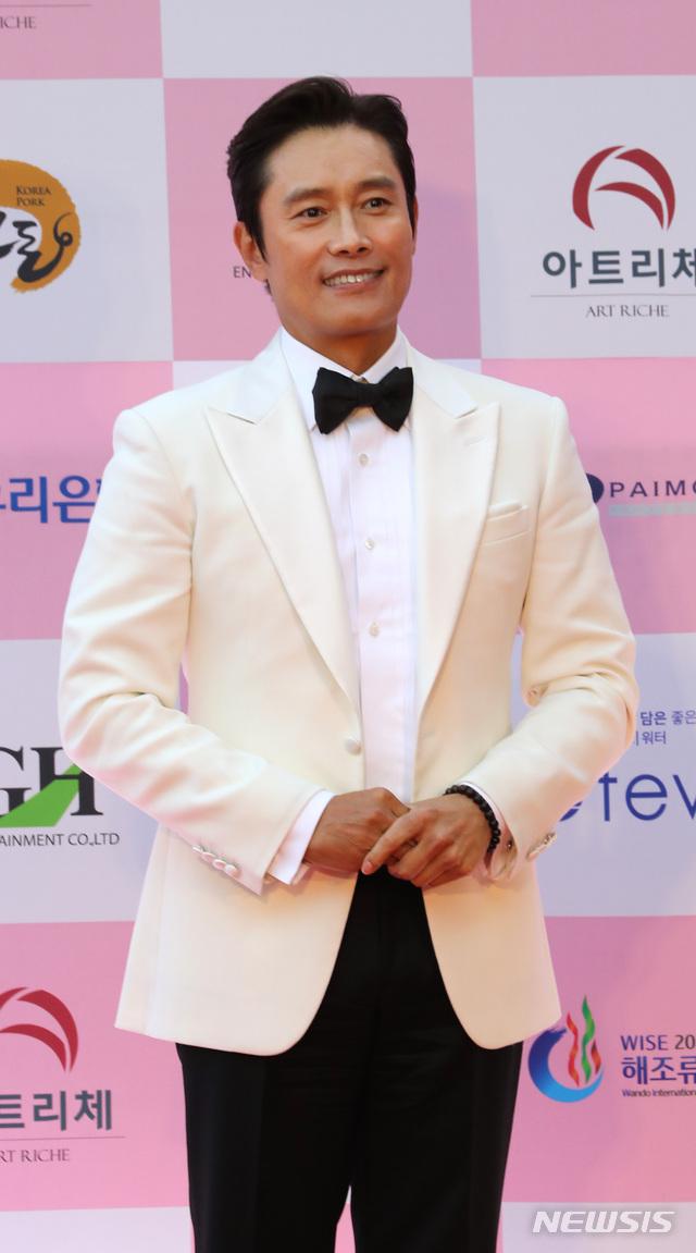 """Thảm đỏ Daejong Film Awards 2020: Park Bom (2NE1) xuất hiện với thân hình quá khổ, """"tình cũ Song Hye Kyo"""" Lee Byung Hun điển trai ở tuổi 49 - Ảnh 12."""