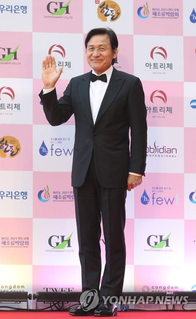 """Thảm đỏ Daejong Film Awards 2020: Park Bom (2NE1) xuất hiện với thân hình quá khổ, """"tình cũ Song Hye Kyo"""" Lee Byung Hun điển trai ở tuổi 49 - Ảnh 4."""