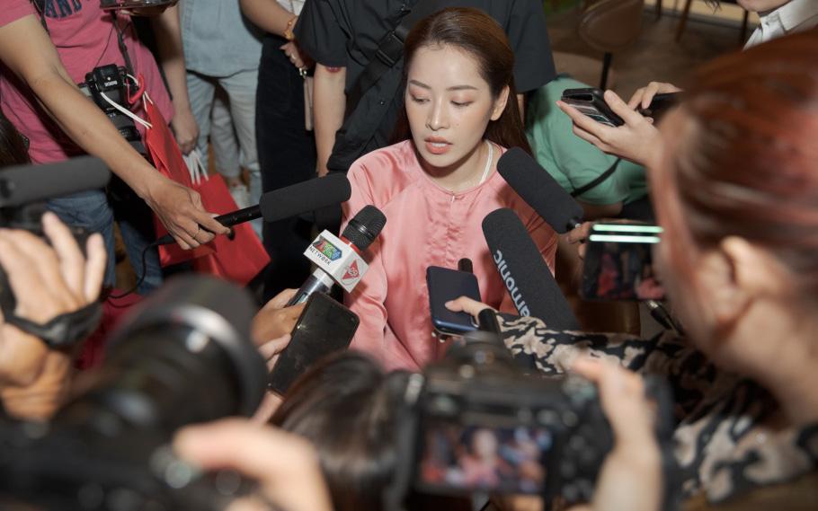 Chi Pu lúng túng hát cải lương giữa họp báo, dù rất cố gắng nhưng không trúng 1 nốt nào