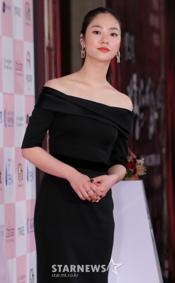 """Thảm đỏ Daejong Film Awards 2020: Park Bom (2NE1) xuất hiện với thân hình quá khổ, """"tình cũ Song Hye Kyo"""" Lee Byung Hun điển trai ở tuổi 49 - Ảnh 7."""