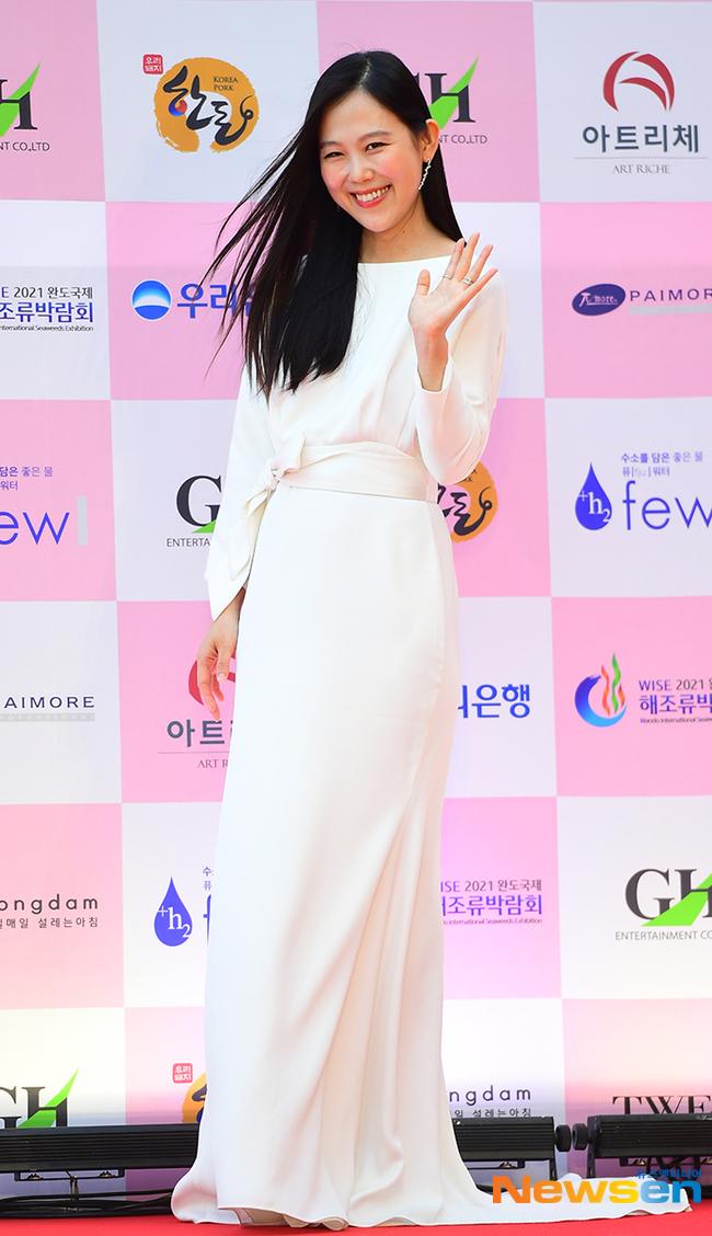 """Thảm đỏ Daejong Film Awards 2020: Park Bom (2NE1) xuất hiện với thân hình quá khổ, """"tình cũ Song Hye Kyo"""" Lee Byung Hun điển trai ở tuổi 49 - Ảnh 15."""