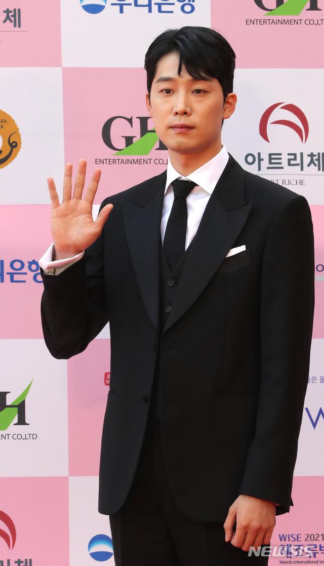 """Thảm đỏ Daejong Film Awards 2020: Park Bom (2NE1) xuất hiện với thân hình quá khổ, """"tình cũ Song Hye Kyo"""" Lee Byung Hun điển trai ở tuổi 49 - Ảnh 16."""