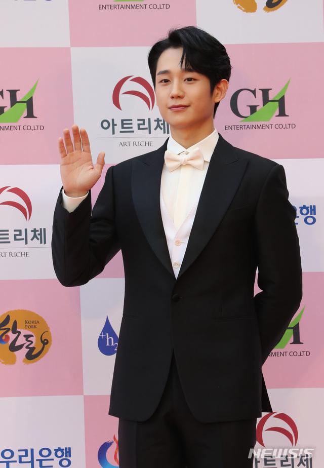 """Thảm đỏ Daejong Film Awards 2020: Park Bom (2NE1) xuất hiện với thân hình quá khổ, """"tình cũ Song Hye Kyo"""" Lee Byung Hun điển trai ở tuổi 49 - Ảnh 3."""