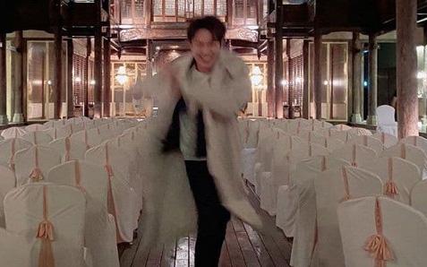 Nhờ bạn chụp cho mấy kiểu hình sống ảo, Lee Min Ho nhận về cái kết đắng lòng