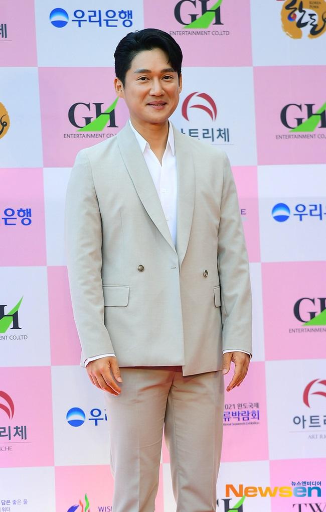 """Thảm đỏ Daejong Film Awards 2020: Park Bom (2NE1) xuất hiện với thân hình quá khổ, """"tình cũ Song Hye Kyo"""" Lee Byung Hun điển trai ở tuổi 49 - Ảnh 6."""