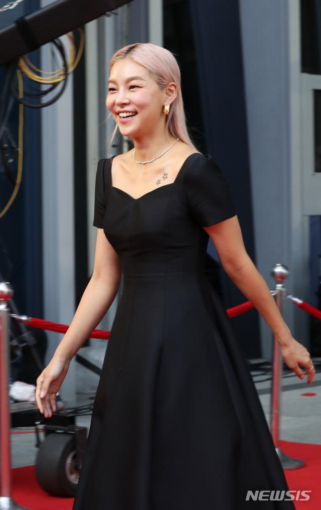"""Thảm đỏ Daejong Film Awards 2020: Park Bom (2NE1) xuất hiện với thân hình quá khổ, """"tình cũ Song Hye Kyo"""" Lee Byung Hun điển trai ở tuổi 49 - Ảnh 5."""