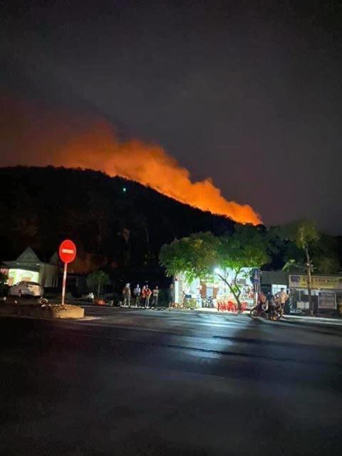 Di dời trên 200 hộ dân gần khu vực cháy rừng ở Nghệ An - Ảnh 4.