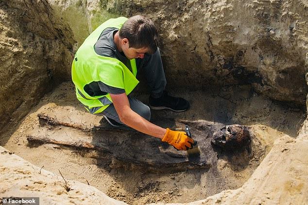 Xới đất làm đường cao tốc, công nhân xây dựng bất ngờ phát hiện hài cốt gần 100 đứa trẻ, kỳ lạ hơn nữa là thứ được tìm thấy trong miệng chúng - Ảnh 7.