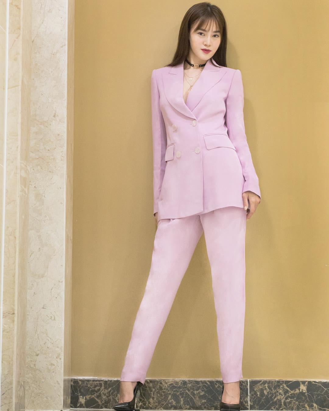 Sao Việt khi diện suit tím hot trend: Người đẹp tinh tế, người sến sẩm; nàng công sở xem cũng rút được khối kinh nghiệm - Ảnh 1.