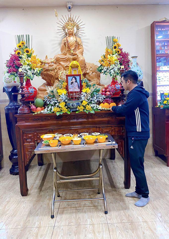 Bố mẹ Phùng Ngọc Huy thay mặt con trai làm lễ cúng 100 ngày cho Mai Phương, xuất hiện bên bảo mẫu bé Lavie - Ảnh 3.
