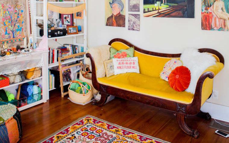 Ngôi nhà nhỏ đầy màu sắc rực rỡ của người nghệ sỹ với thú vui sưu tầm đồ cổ