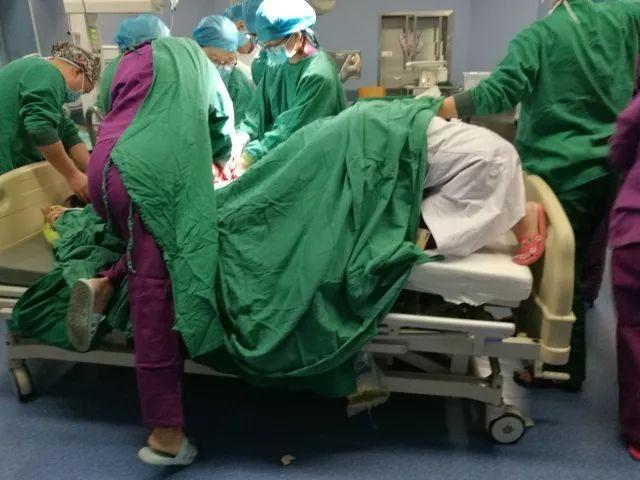 """Mẹ trẻ kể lại giây phút hoảng loạn khi hàng chục bác sĩ vây quanh, thuốc mê chưa ngấm đã nghe """"Rạch đi, phải cứu lấy đứa bé!"""" - Ảnh 3."""