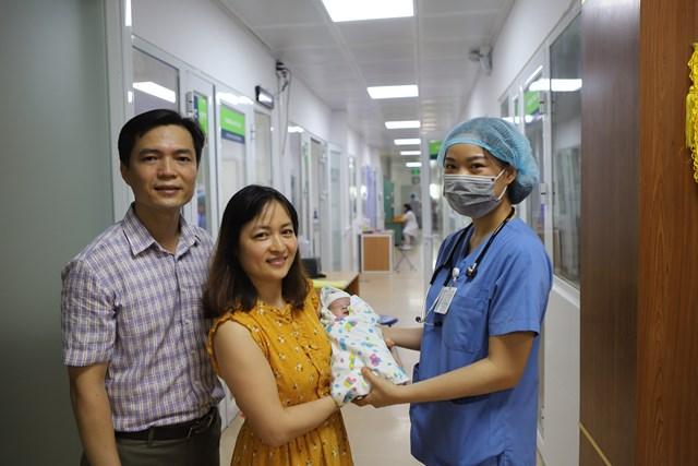 Cậu bé sinh non có cân nặng cực thấp chỉ 600g được xuất viện sau 72 ngày điều trị tại Bệnh viện Phụ Sản Hà Nội - Ảnh 3.
