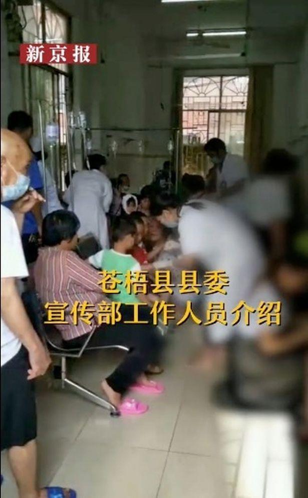 Bảo vệ đột nhiên dùng dao tấn công điên cuồng trong trường học khiến 40 người bị thương, phụ huynh học sinh nháo nhào đến đón con em về - Ảnh 4.
