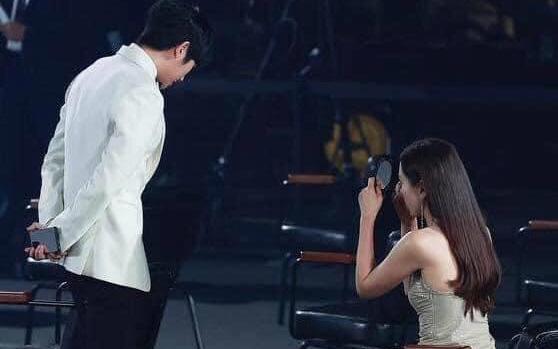 """Son Ye Jin một lần nữa khẳng định """"chân tình có thể thiếu nhưng chân mày thì không"""" qua tình huống hài hước này"""