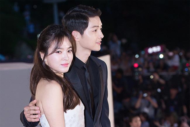 Đoạn video Song Joong Ki - Song Hye Kyo tại lễ trao giải Baeksang cách đây 4 năm bất ngờ xôn xao trở lại: Từng nắm chặt tay nhau không rời như vậy - Ảnh 3.