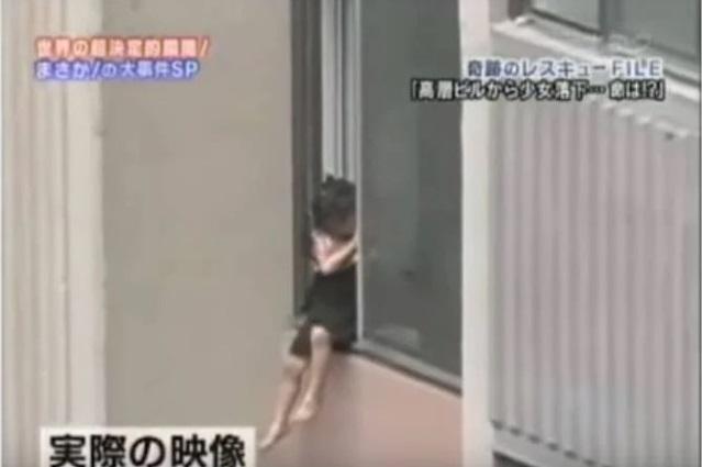 Bé gái 6 tuổi leo lên ngồi rồi đu mình bên ngoài cửa sổ ở tầng 6 trong khu chung cư, dẫn đến bị tuột tay và ngã tử vong - Ảnh 2.