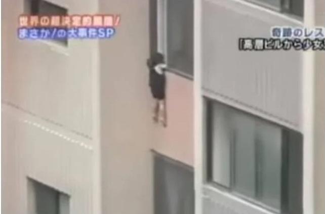 Bé gái 6 tuổi leo lên ngồi rồi đu mình bên ngoài cửa sổ ở tầng 6 trong khu chung cư, dẫn đến bị tuột tay và ngã tử vong - Ảnh 3.