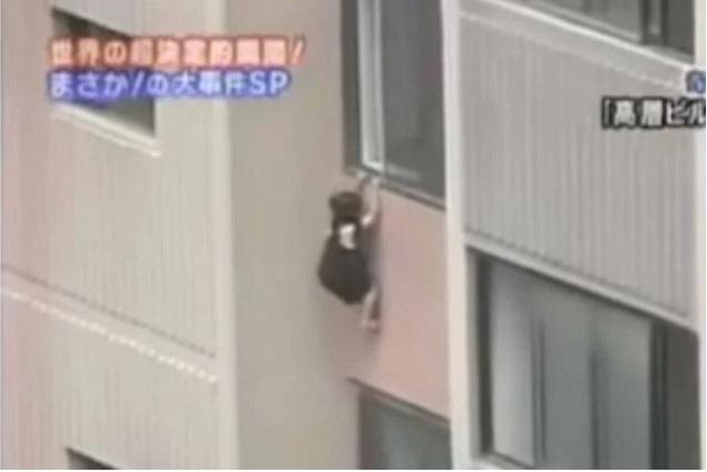 Bé gái 6 tuổi leo lên ngồi rồi đu mình bên ngoài cửa sổ ở tầng 6 trong khu chung cư, dẫn đến bị tuột tay và ngã tử vong - Ảnh 4.