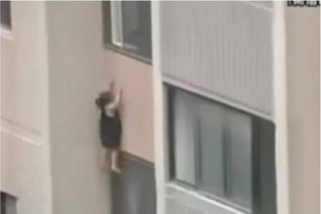 Bé gái 6 tuổi leo lên ngồi rồi đu mình bên ngoài cửa sổ ở tầng 6 trong khu chung cư, dẫn đến bị tuột tay và ngã tử vong - Ảnh 5.