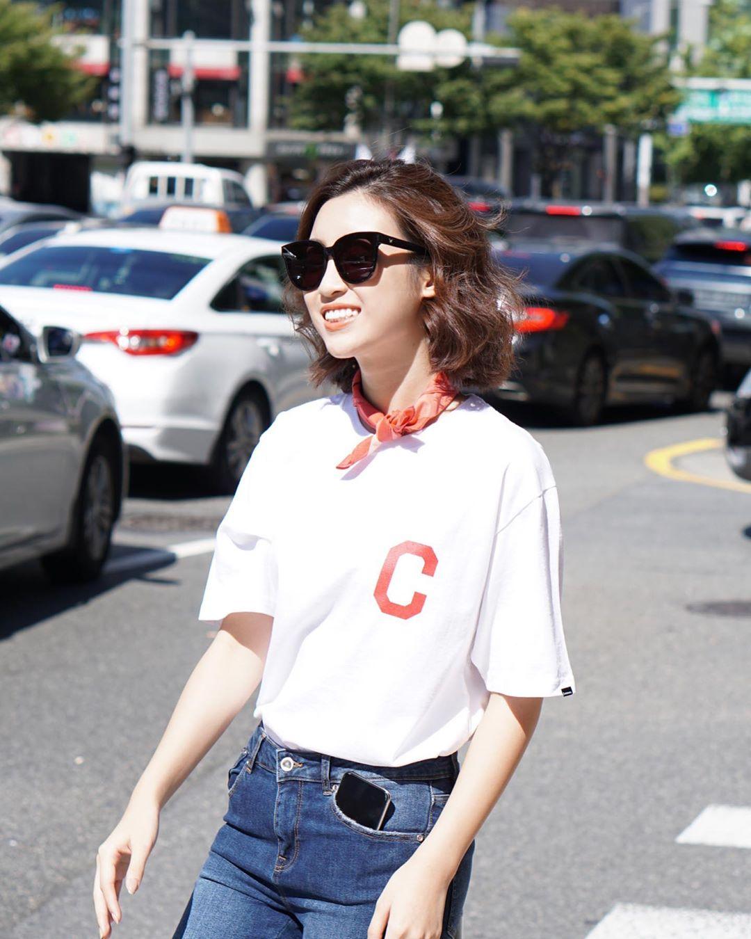10 cách mix áo phông vừa đẹp vừa mát như sao Việt, toàn kiểu đơn giản mà nàng nào cũng có thể học theo - Ảnh 9.