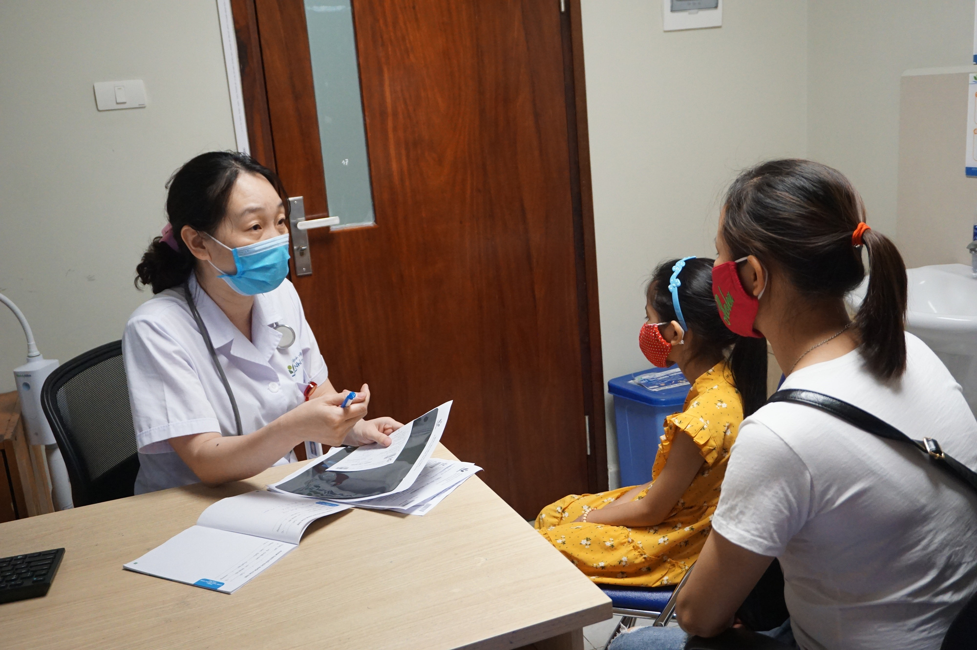 Con gái 7 tuổi kêu đau ngực, mẹ hốt hoảng khi bác sĩ nói con bị dậy thì sớm - Ảnh 1.