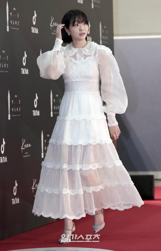 """Nữ chính Itaewon Class khiến dân tình hơi """"tụt mood"""" khi diện đầm bánh bèo toàn tập tại thảm đỏ Beasang 2020 - Ảnh 2."""