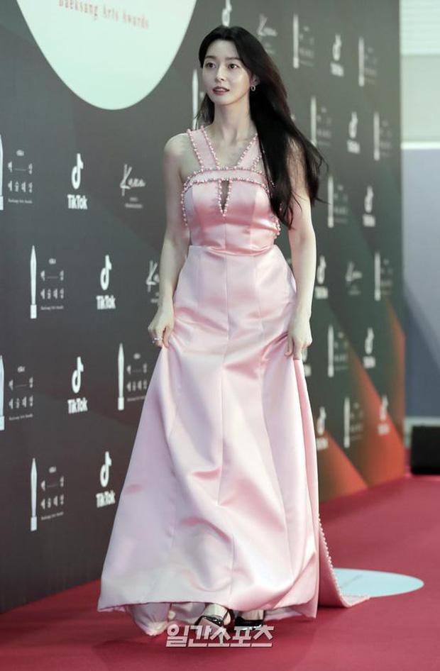 """Nữ chính Itaewon Class khiến dân tình hơi """"tụt mood"""" khi diện đầm bánh bèo toàn tập tại thảm đỏ Beasang 2020 - Ảnh 1."""
