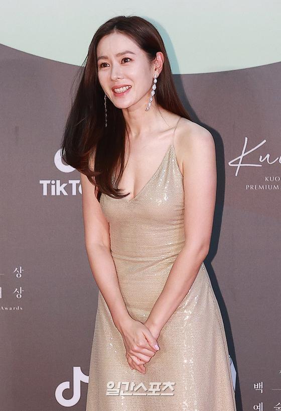 """Dù Son Ye Jin rất đẹp nhưng cô vẫn bị Suzy """"vượt mặt"""" bởi một chi tiết trang phục khi tham dự Baeksang 2020 - Ảnh 2."""