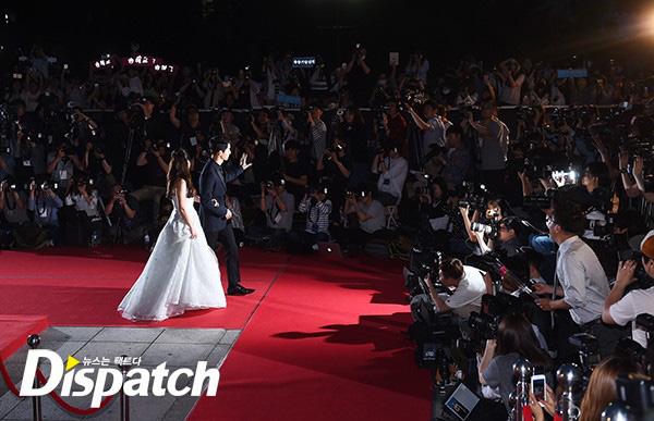 Đoạn video Song Joong Ki - Song Hye Kyo tại lễ trao giải Baeksang cách đây 4 năm bất ngờ xôn xao trở lại: Từng nắm chặt tay nhau không rời như vậy - Ảnh 1.