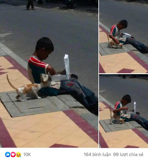 Cậu bé lem luốc ngồi bệt trên vỉa hè giữa trời nắng, tay bốc thức ăn nhưng lại có hành động cực đặc biệt với chú mèo lạ khiến bao người xúc động - Ảnh 1.