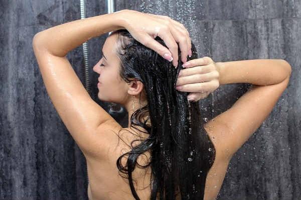 Để tóc ướt đi ngủ không chỉ làm cho tóc xấu đi mà bạn còn có thể phải đối mặt với những hệ lụy nguy hiểm, từ đau đầu đến liệt mặt - Ảnh 1.