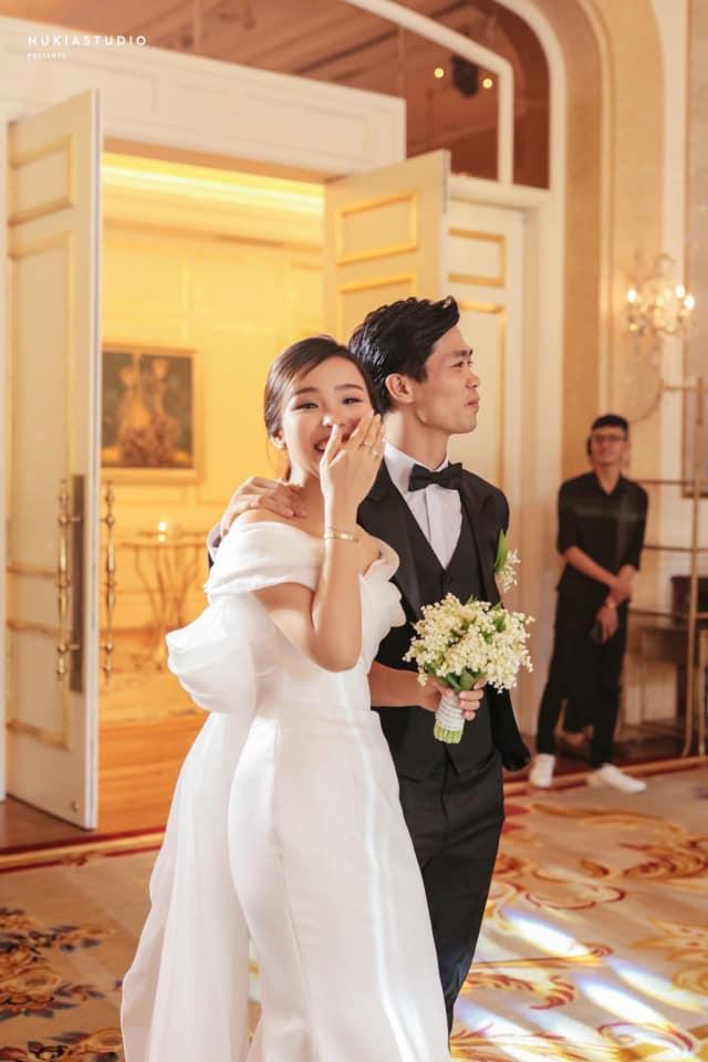 Váy cưới của vợ Công Phượng: Thiết kế trễ vai nhẹ nhàng, nhưng bất ngờ nhất là giá thuê 35 triệu - Ảnh 3.