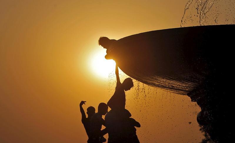 Ấn Độ gồng mình cùng lúc gánh 3 tai họa nan giải giữa mùa hè khắc nghiệt - Ảnh 1.
