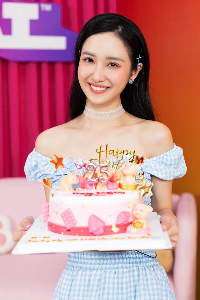 Jun Vũ được tổ chức sinh nhật đặc biệt. Cô bộc bạch: Em gái nhỏ đi mưu sinh ngày sinh nhật và cái kết bất ngờ.