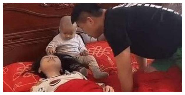 Bố mẹ ngủ say sưa, riêng bé con cứ nhìn trân trân vào mặt mẹ, lý do hết sức buồn cười - Ảnh 2.