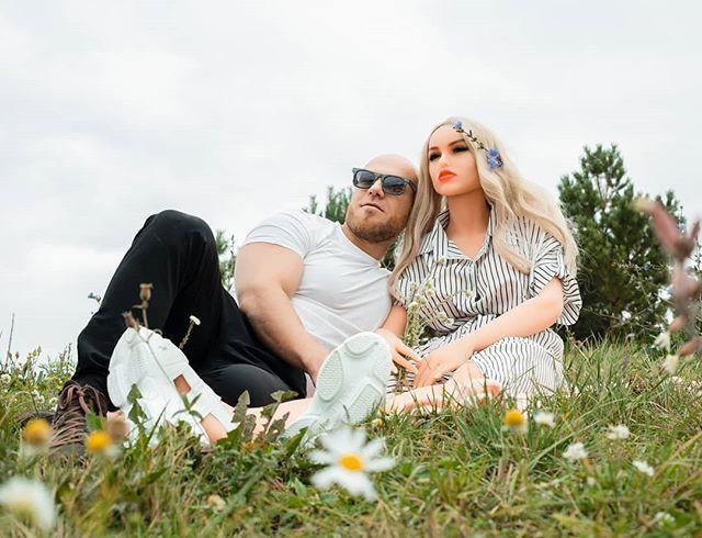 Sau 8 tháng hẹn hò yêu đương nghiêm túc, vận động viên thể hình tuyên bố sẽ kết hôn với búp bê tình dục của mình - Ảnh 3.