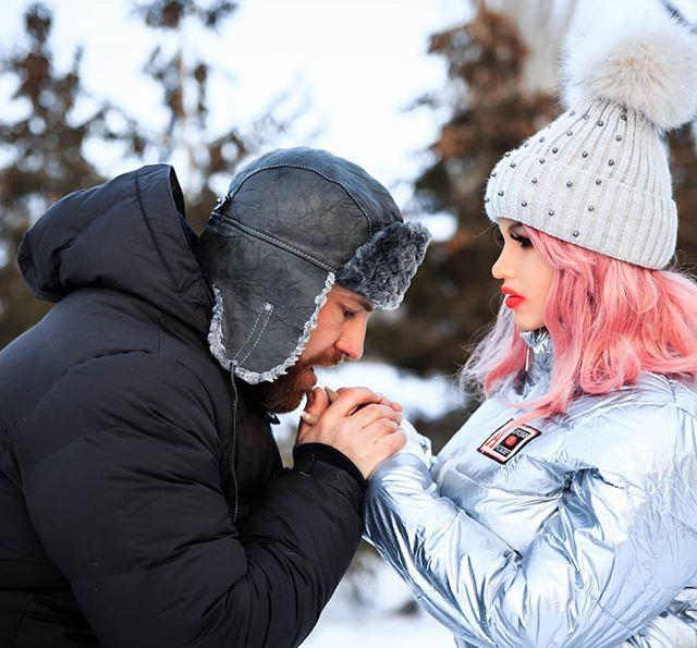 Sau 8 tháng hẹn hò yêu đương nghiêm túc, vận động viên thể hình tuyên bố sẽ kết hôn với búp bê tình dục của mình - Ảnh 2.