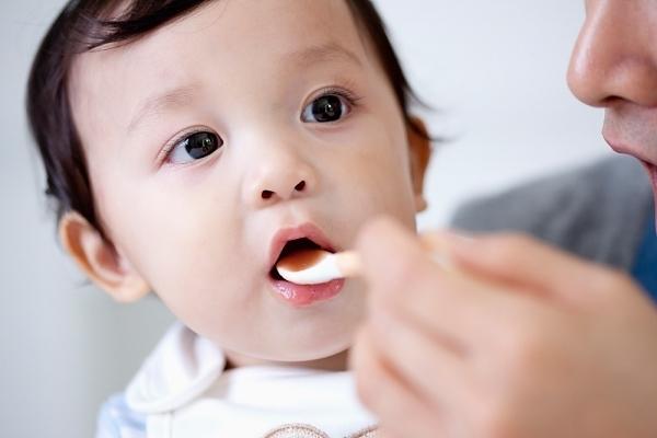 Mẹ chăm mua thực phẩm chức năng, nhỏ vitamin D vô tội vạ khiến con lãnh hậu quả - Ảnh 2.
