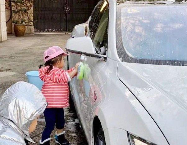 Bé gái đứng rửa xe ô tô bên đường để kiếm tiền, ai nấy rưng rưng thương cảm, đến khi biết sự thật thì mới choáng váng - Ảnh 1.