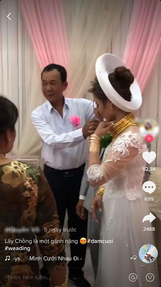 Cô dâu Sóc Trăng khiến MXH choáng ngợp, đếm số vàng trên người cô dâu cũng đủ hoa mắt chứ chưa nói đến chú rể - Ảnh 2.