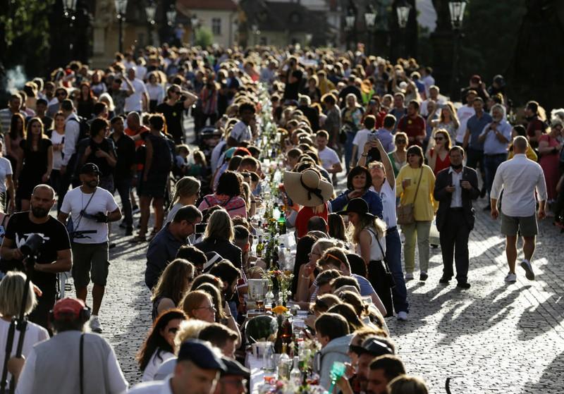 Bữa tiệc tạm biệt Covid-19 có một không hai tại Praha (Séc) - Ảnh 1.