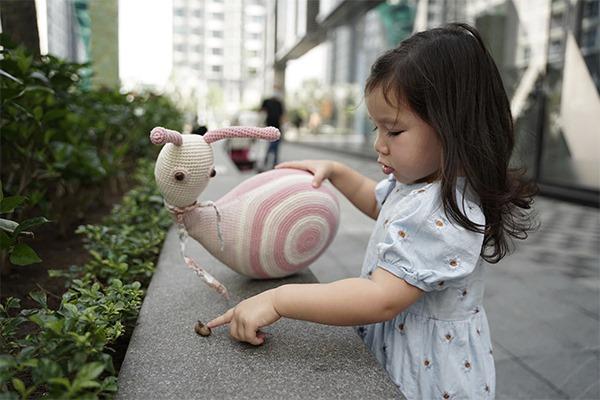 Không hốt hoảng khi con chạm vào những thứ ai cũng né, Hà Anh chia sẻ quan điểm nuôi con hạnh phúc rất đáng học tập - Ảnh 4.