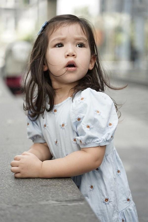 Không hốt hoảng khi con chạm vào những thứ ai cũng né, Hà Anh chia sẻ quan điểm nuôi con hạnh phúc rất đáng học tập - Ảnh 1.