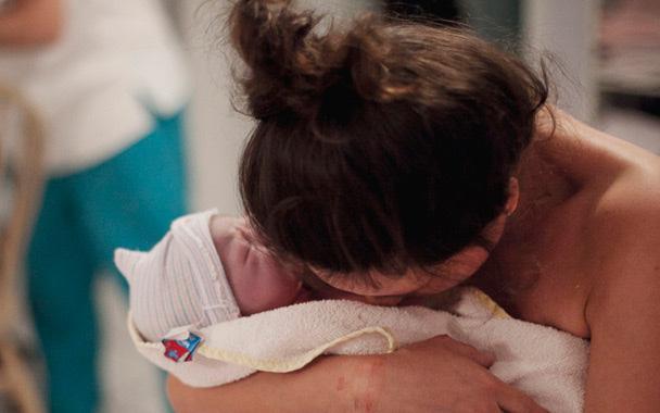 Vừa đẻ xong thì bỗng ngất lịm, mẹ Việt ở Mỹ gặp phải biến chứng mẹ bầu nào cũng kinh sợ khi đi đẻ
