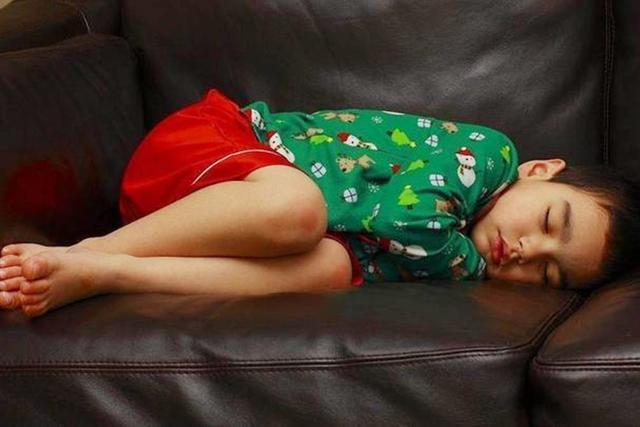 Tư thế ngủ cũng tiết lộ phần nào tính cách con người trẻ, cùng xem con bạn ngủ theo kiểu nào nhé! - Ảnh 2.